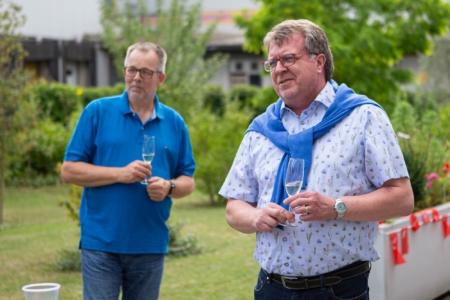 Manfred Lehmann und Frank Mielke im Hofbereich des Ruhr Inn in Hattingen